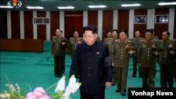 북한 김정은 국방위원회 제1위원장이 지난 7일 사망한 리을설 인민군 원수의 빈소인 평양 중앙노동자회관을 8일 찾아 조문했다고 조선중앙TV가 9일 보도했다.