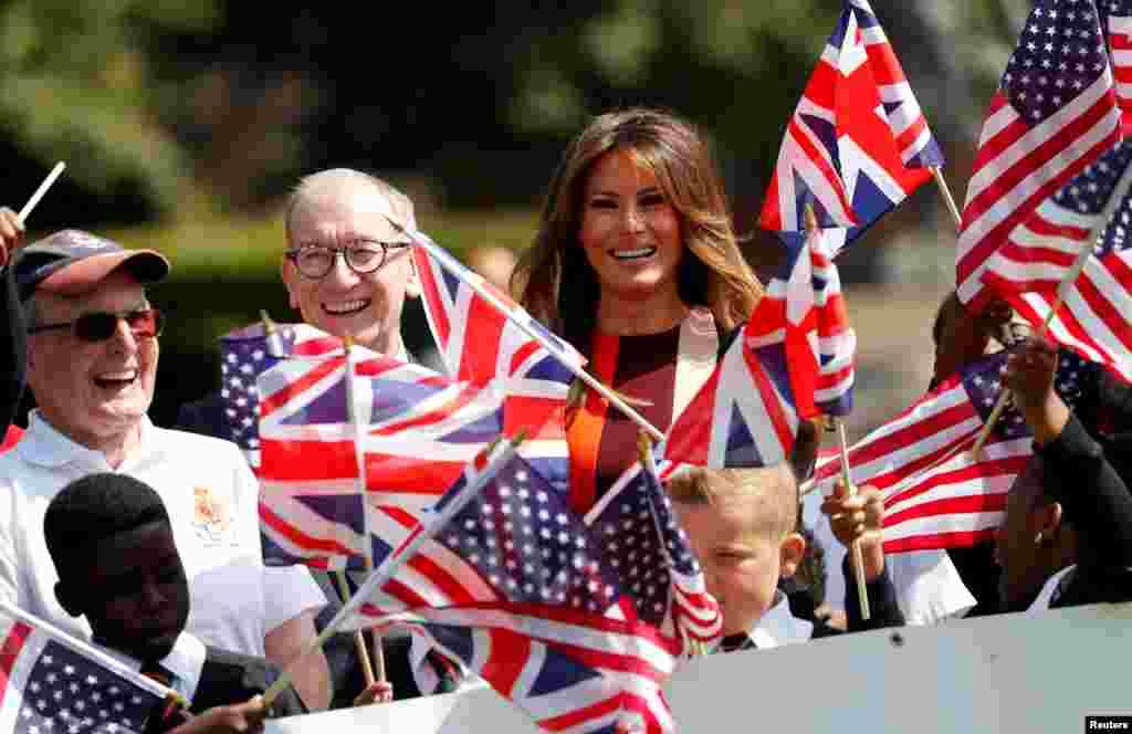 ابراز خوشحالی کهنه سربازان و دانش آموزان با تکان دادن پرچم های انگلیس و آمریکا در بازدید ملانیا ترامپ بانوی اول آمریکا و فیلیپ می، همسر نخست وزیر بریتانیا از بیمارستان سلطنتی چلسی لندن
