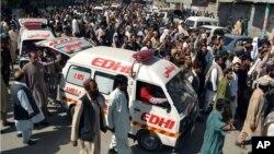 Warga berunjuk rasa sambil mengikuti ambulan yang mengangkut jenazah korban pembajakan dua bis di Quetta, Pakistan (30/5).