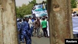 Polisi (berseragam biru) mengawasi pemrotes saat melakukan aksi unjuk rasa di Khartoum, Sudan, 22 Mei 2015. (Foto: dok).