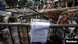 Một thông báo của tòa được gắn trên hàng rào cản của những người biểu tình ủng hộ dân chủ tại một địa điểm trong khu Admiralty, Hong Kong, 9/13/14