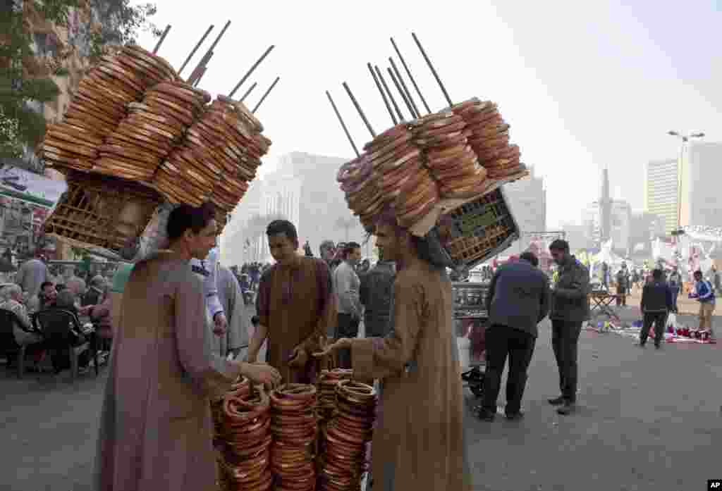 Merchants sell bread to protesters, some of whom have camped out in tents since last week, as opposition groups plan to gather for a rally in Tahrir Square, Cairo, Egypt, November 30, 2012.