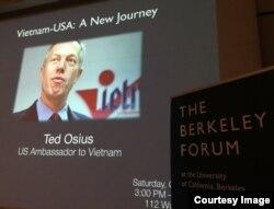 """Thảo luận """"Vietnam – USA : A New Journey"""" với Đại sứ Ted Osius tại Đại học Berkeley ngày 1/10/2016. (ảnh Bùi Văn Phú)"""