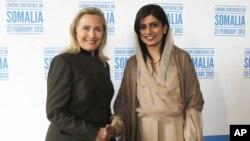 پاکستانی وزیر خارجہ حنا ربانی کھر اور اُن کی امریکی ہم منصب ہلری کلنٹن ہاتھ ملاتے ہوئے