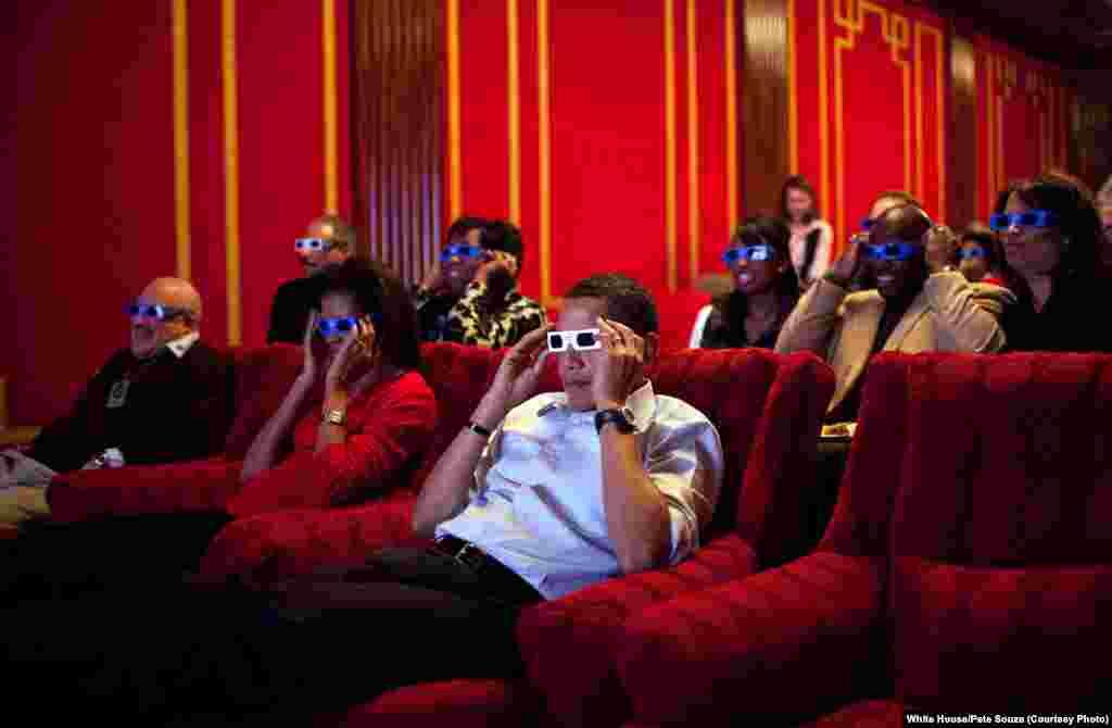 Le président regarde les publicités en 3D lors du Super Bowl dans la salle de cinéma de la Maison-Blanche, le 1er février 2009.(White House/Pete Souza)