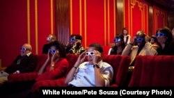 امریکہ کے سابق صدر براک اوبامہ اپنی اہلیہ کے ہمراہ وائٹ ہاؤس کے تھیٹر میں فلم دیکھ رہے ہیں۔ (فائل فوٹو)