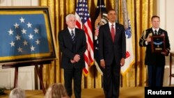 El sobrino del padre Emile Kapaun, Ray Kapaun, recibió de manos del presidente Obama, la máxima Medalla de Honor a los héroes de guerra.