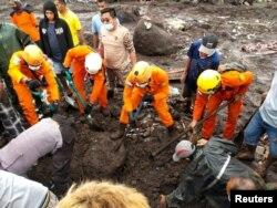 Badan penyelamat Indonesia mencari jenazah di daerah yang terkena banjir bandang setelah hujan lebat di Flores Timur, provinsi Nusa Tenggara Timur, Indonesia, 5 April 2021. (Basarnas / Handout via REUTERS)