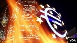 Standard and Poor's (S&P) telah menurunkan peringkat kredit sembilan negara zona Euro, Jumat (13/1).