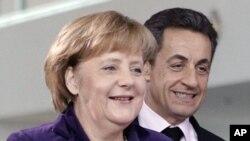 法國總統薩科齊(右)和德國總理默克爾一月九日抵達柏林出席會議。