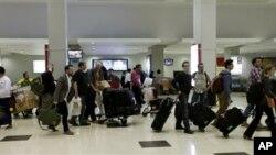 Tim pencari pesawat pemburu Spitfire Inggris tiba di bandara Internasional Yangon, 6 Januari 2013, untuk memulai operasi penggalian di sekitar bandara Yangon (AP Photo/Khin Maung Win).
