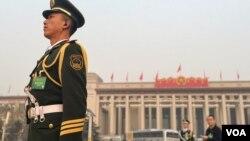 天安门国旗卫士在人民英雄纪念碑前(2016年3月3日 美国之音金子莹拍摄)