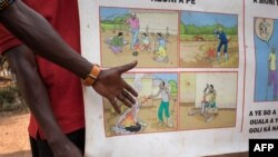 Des Centrafricains sensibilisés lors aux risques des explosifs, dans le quartier de Fatima 1, 3ème arrondissement, Bangui, 19 décembre 2017.