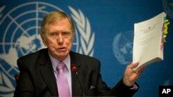 마이클 커비 유엔 북안인권조사위원회 위원장이 17일 스위스 제네바에서 열린 기자회견에서 최종 보고서 내용을 소개하고 있다.