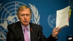 마이클 커비 유엔 북안인권조사위원회 위원장이 지난달 17일 스위스 제네바에서 열린 기자회견에서 최종 보고서 내용을 소개하고 있다.