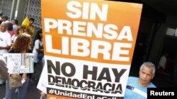 Manifestantes protestan en Caracas contra la censura de prensa y las agresiones a los periodistas.