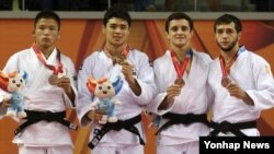 7일 광주 서구 염주빛고을체육관에서 열린 2015 광주 유니버시아드 남자 유도 -60kg급 시상식에서 한국의 김원진(왼쪽 두 번째)선수가 금메달을 들고 포즈를 취하고 있다.
