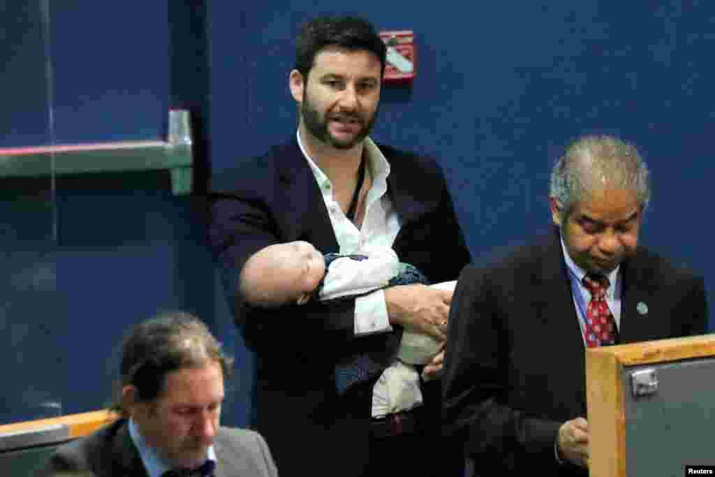 «نیو»دختر نخست وزیر نیوزیلند که در جریان سخنرانی مادرش «جسیندا آردرن»در هفتاد و سومین نشست سالانه مجمع عمومی سازمان ملل به خواب عمیق فرو رفته است.