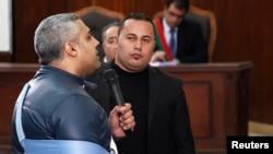 Jurnalis Al Jazeera Mohamed Fahmy berbicara dengan hakim di pengadilan di Kairo (12/2). (Reuters/Asmaa Waguih)