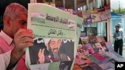 在伊拉克﹐這名市民在閱讀本拉登死亡消息的報道
