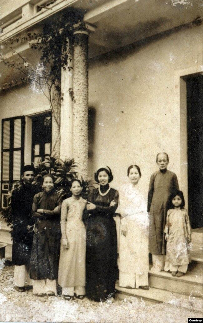 Từ phải sang: Công chúa Phương Minh, Đức Từ Cung, Bà Tam giai Diễm Tần (vợ thứ của vua Khải Định), Cô Sen, Cô Dinh, Phu nhân Thượng thư Nguyễn Hy (con gái lớn của bà Mỹ Lương Công chúa), một ông thị vệ cũ. Ảnh tư liệu chụp năm 1956.