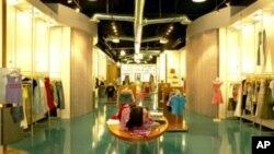 ห้างสรรพสินค้าราคาแพงในสหรัฐฯ ได้แรงช่วยจากนักช๊อปปิ้งชาวต่างชาติเพราะค่าเงินดอลล่าร์ที่อ่อนตัวลง
