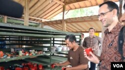 James Gilling (batik coklat) melihat produk-produk keramik milik Supoyo (foto: VOA/Munarsih).
