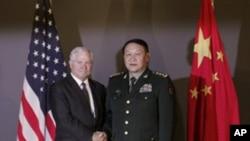 美国国防部长盖茨和中国国防部长梁光烈去年10月在河内会晤