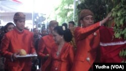 Presiden Jokowi dan keluarga berbusana adat Jawa memulai prosesi pernikahan putrinya di Solo, Selasa, 7 November 2017. (Foto: VOA/Yudha)