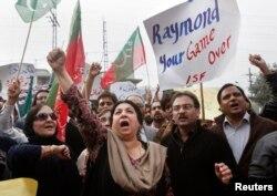 لاہور میں پی ٹی آئی کی طرف سے ریمنڈ ڈیوس کے خلاف نکالی جانے والی احتجاجی ریلی۔