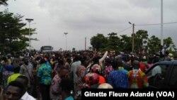 Manifestation sur le pont de Porto-Novo, Benin, le 25 fevrier 2019. (VOA/Ginette Fleure Adandé)