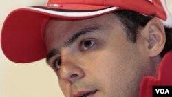Pembalap Ferari Felipe Massa berbicara pada pertemuan tahunan Ferari dengan media (12/1).