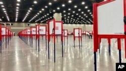ARHIVA - Birački boksovi pred glasanje na preliminarnim izborima u Kentuckyju, 22. juna 2020.