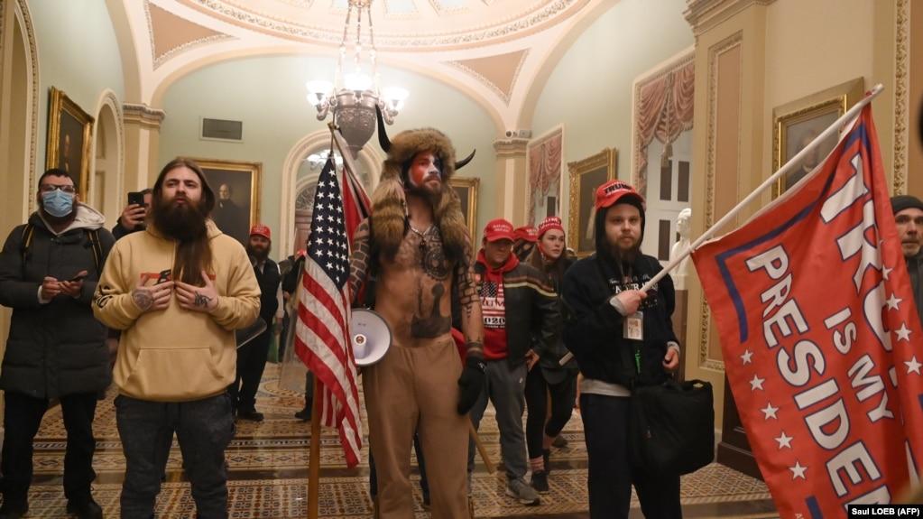 Les partisans du président américain Donald Trump entrent au Capitole américain le 6 janvier 2021, à Washington, DC.