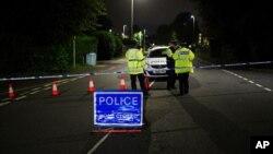Policija ispred ograđenog prostora nedaleko od mesta pucnjave u oblasti Keyham, u Plymouthu, Engleska, 12. avgust 2021.