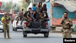 نیروهای امنیتی افغانستان زندانیان فراری بازداشتی پس از حمله شورشیان به ساختمان زندان در جلال آباد را جا به جا می کنند.