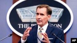 El portavoz del Departamento de Defensa, John Kirby, habla durante una sesión informativa en el Pentágono en Arlington, Virginia, el 12 de agosto de 2021.