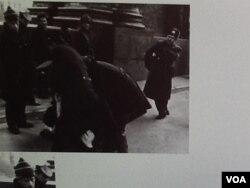1989年拍攝的一張照片在俄國互聯網廣泛傳播,照片顯示酷似普京的克格勃軍官指揮逮捕參加示威的持不同政見者。 (美國之音白樺拍攝)