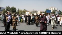 Taleban askerleri Kabil'de Pakistan karşıtı bir protestoda eylemcilerin önünde yürüyor