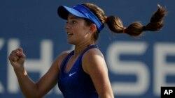 Catherine Bellis celebra un punto en su partido contra Dominika Cibulkova, de Eslovaquia.