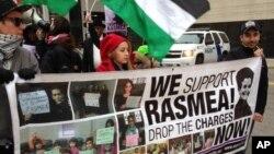 """Para pendukung Rasmieh Odeh berpawai di luar gedung pengadilan di Detroit (4/11). Odeh, wakil direktur organisasi """"Arab American Action Network"""" di Chicago, dituduh menyembunyikan peranannya dalam pemboman maut di Israel tahun 1969 ketika memasukkan dokumennya ke kantor imigrasi AS."""