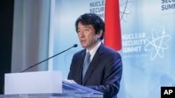 Yasuhisa Kawamura, porte-parole du Ministère japonais des Affaires étrangères, tient une conférence de presse à Washington, le 31 mars 2016.