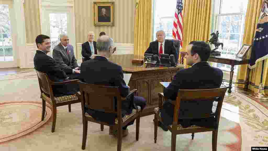 """اکثر دیدار های رئیس جمهور ترمپ با مهمانان داخلی و خارجی در دفتر کارش که """"اوول آفس"""" نام دارد، انجام می شود."""