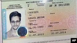 2013年8月1日美联社视频截图显示斯诺登护照上的临时庇护签证。