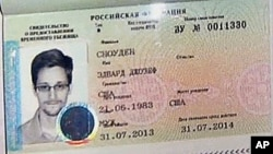 8月1日美联社视频截图显示斯诺登护照上的临时庇护签证。