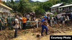 Banjir bandang dan tanah longsor melanda Kampung Lebo, Kabupaten Kepulauan Sangihe, Sulawesi Utara, Jumat (3-1) sekitar pukul 05.30 WITA. (Foto:VOA/ BNPB)