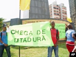 Alguns manifestantes transportavam cartazes