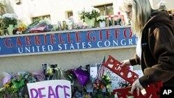 民眾在吉福茲亞利桑那選區辦公室門外獻花圈