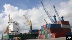 佛罗里达州迈阿密港口的集装箱(资料照)
