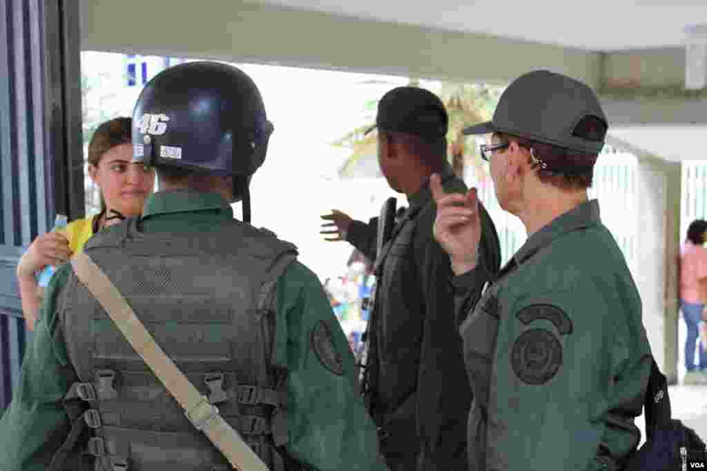 En Caracas, Venezuela un grupo de soldados custodian uno de los centros de votación el día de la elección. [Foto: Iscar Blanco, VOA]